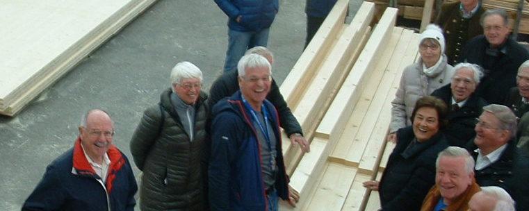 <p>Der Bayernbund Kreisverband Rosenheim besuchte die Holzbaufirma Peter Aicher in Holzham bei Halfing.</p>