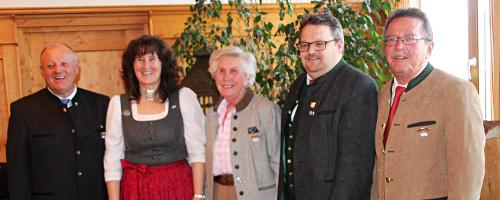 <p><b>Vorstandschaft des Bayernbund-Kreisverband Rosenheim e.V.</b><br /> v.l. Christian Glas (1. Vorstand), Sabine Karl (Schriftführerin), Elfriede Göppelhuber (Stell. Vorsitzende und Ehrenmitglied), Norbert Zehrer (Stellv. Vorsitzender) und Sepp Höfer (Stellv. Vorsitzender und Schatzmeister). Foto: P. Strim</p>