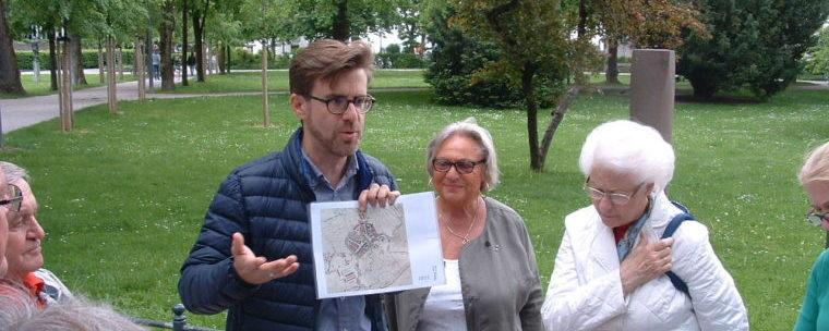 <p>Der Leiter des Stadtarchives und Stadtheimatpfleger von Rosenheim Karl Mair bei der Führung im Salingarten</p>