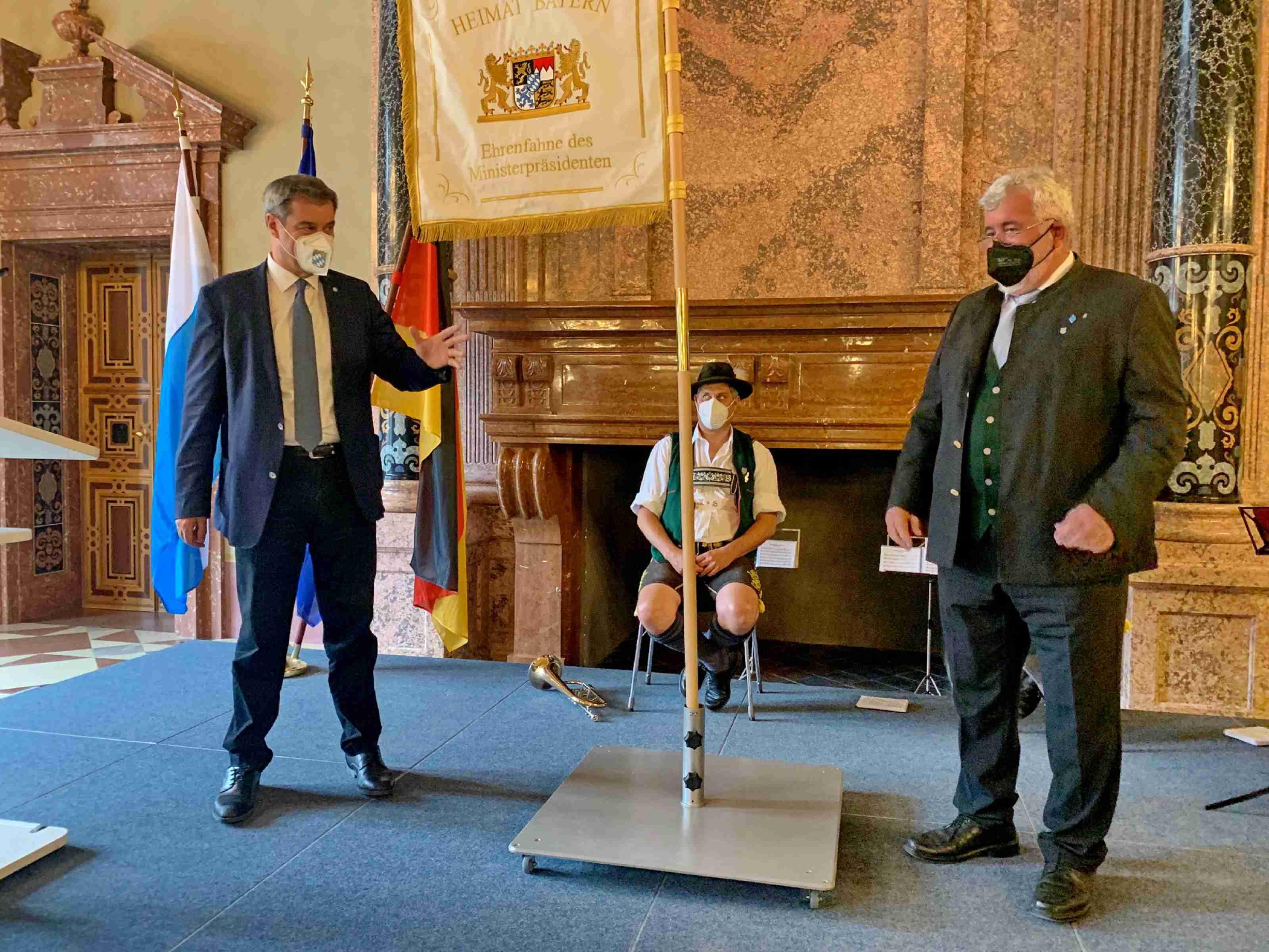 <p>Übergabe der Ehrenfahne des Ministerpräsidenen Markus Söder an Landesvorsitzenden Sebastian Friesinger</p>